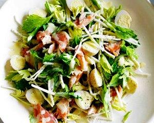 Куриный салат с грибами и перепелиными яйцами