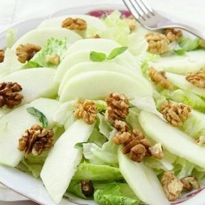 Зелёный салат с яблоками и орехами