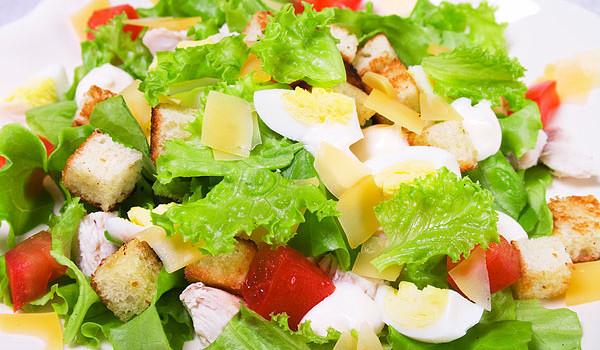 salat cezar' s kuricej i suharikami
