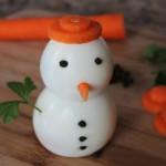 Новогодняя закуска из яиц «Снеговичок»